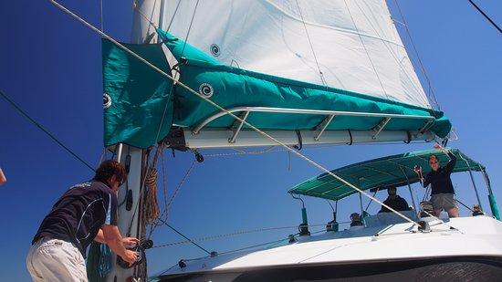 Coral Bay, Australia: Putting up sail