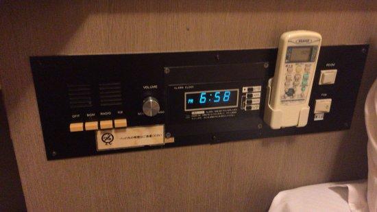 Business Hotel Yanagi: ベッドサイドのコントローラーです。昭和を感じます。