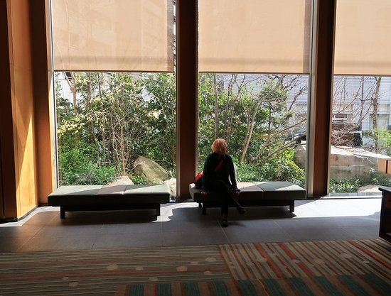 Hotel Niwa Tokyo: Lobby view toward the street