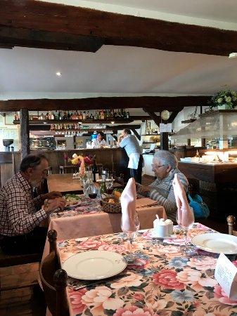 Gracay, فرنسا: Intériieur de la salle de restaurant.