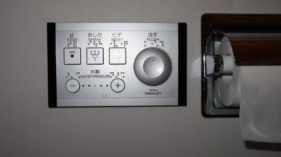 Hotel Niwa Tokyo: The control panel for the toilet