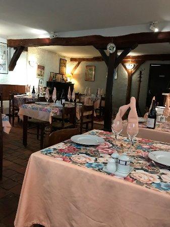 Gracay, فرنسا: Intériur de la salle de restaurant.