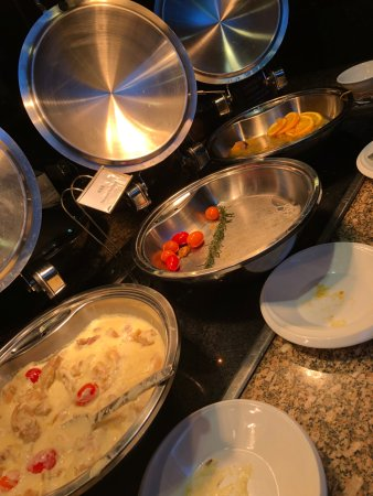 Wenzhou, China: empty meat platters, not refilled during peak meal timers