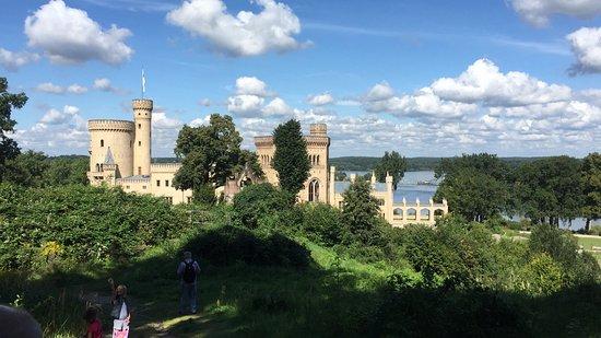 Potsdam's Gardens: neogotischer Landschaft-Schlosspark Babelsberg, malerisch, im Hintergrund Potsdam und die Havel
