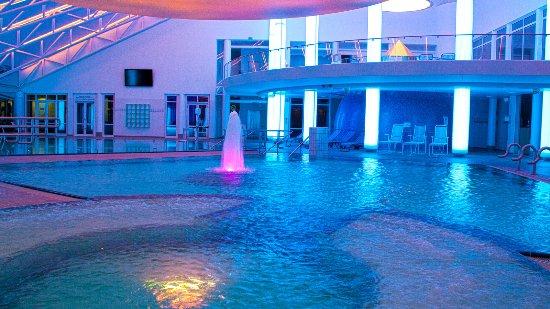 Neualbenreuth, Alemania: Heilwasser-Badelandschaft in Abendstimmung
