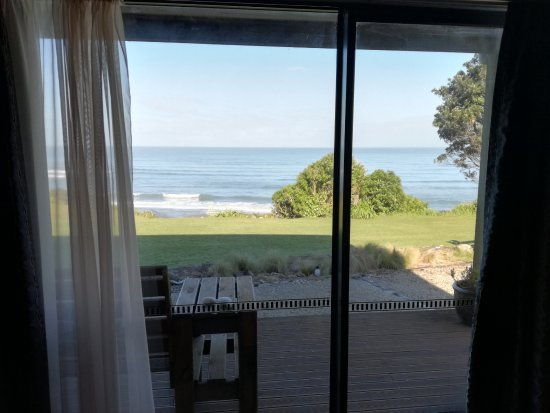 Breakers Boutique Accommodation: View from the room/bed