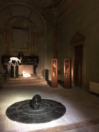 Vercelli, Italy: ambiente principale della chiesa di San Vittore con altare principale