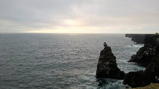 Hellissandur, Ισλανδία: La falaise au phare de Svortuloft