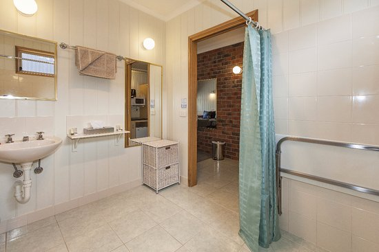 Ararat, Australia: Accessible King bathroom