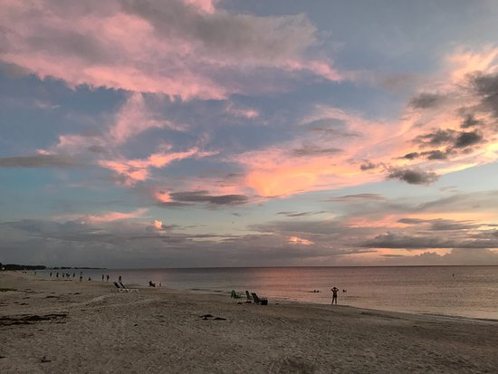 ‪بالم تري فيلاز: Sunset at the end of 66th Street Anna Maria Island‬