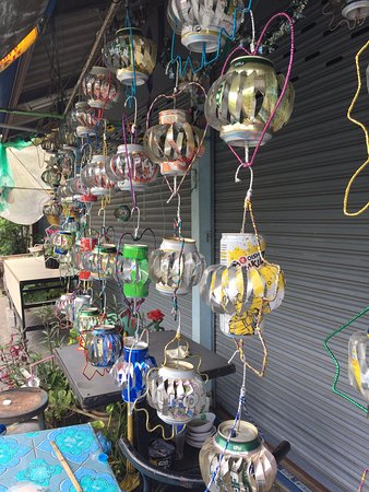 Chanthaburi, Tayland: Chantaboon Waterfront Community, shop with lamps fashioned out of used cans.