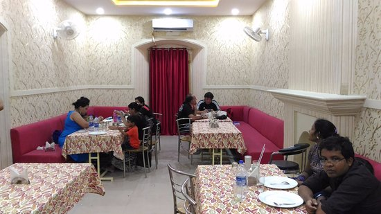 Agra District, Indien: AC Hall at Novelty Restaurant