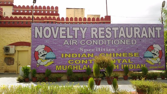 Agra District, Indien: Front of Novelty Restaurant