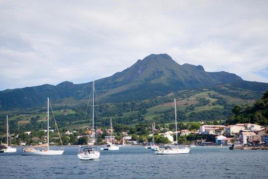 Le Marin, Martinique: montagne pelée sans nuage (rare), et st pierre devant