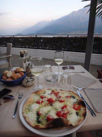 Domaso, Italia: pizza met mozzarella, pesto en kerstomaatjes