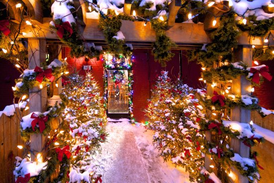 Petite Auberge Les Bons Matins : Front desk entrance by the alley, Christmas 2016
