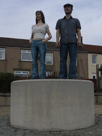 Newbiggin-by-the-Sea, UK: Land couples statue