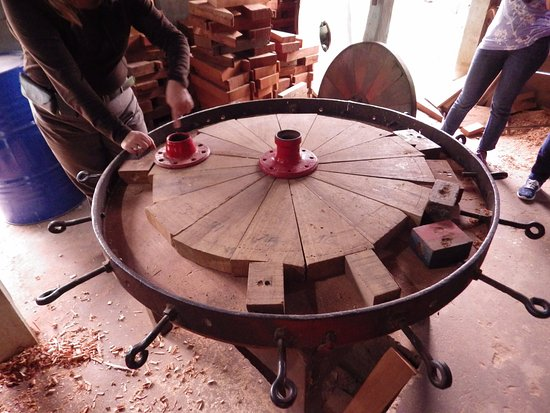 Sarchi, Costa Rica : Making a wheel
