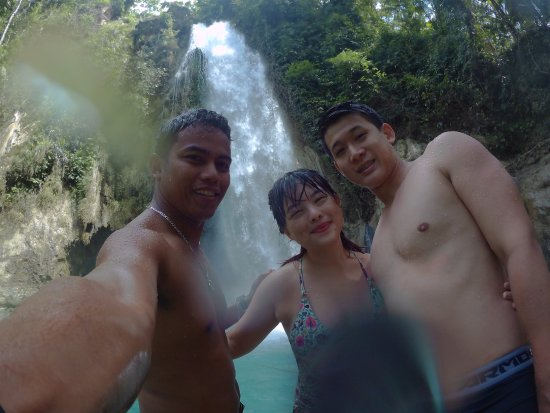 Boljoon, Filipina: At secret waterfall with our A+ tour guide Jurie