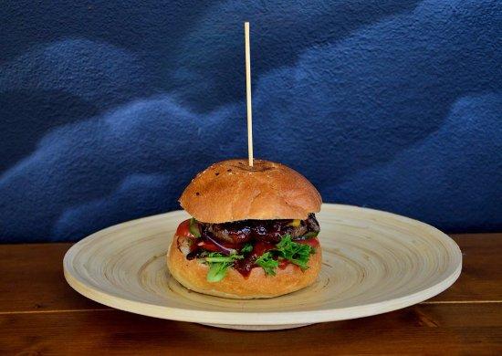 Zilina, Slovakia: Mexico burger (žemľa, hovädzie mäso, čedar, paradajka, uhorka, šalát, cibuľa, chipotle rezy, bar