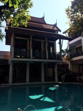 The Rim Resort: Der Pool ist eher klein gehalten und leider liegt nur morgens ein geringer Teil in der Sonne. Vi