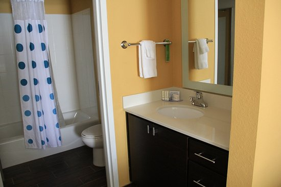 Newnan, Джорджия: SUPER CLEAN bathroom - I like the cloth shower curtain and tiled floor