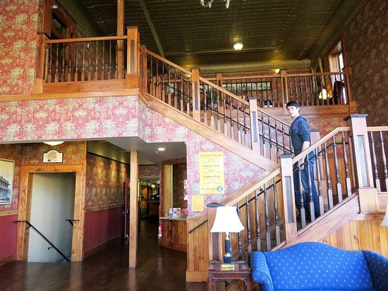 Weatherford Hotel: Lobby's Victorian-style staircase