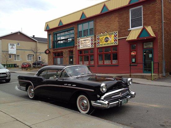 Plessisville, Canada: Buick spécial 1957  face au resto Rétro-Pop café le 12-11-2017 Danielle et Paul Rousseau Pierrev