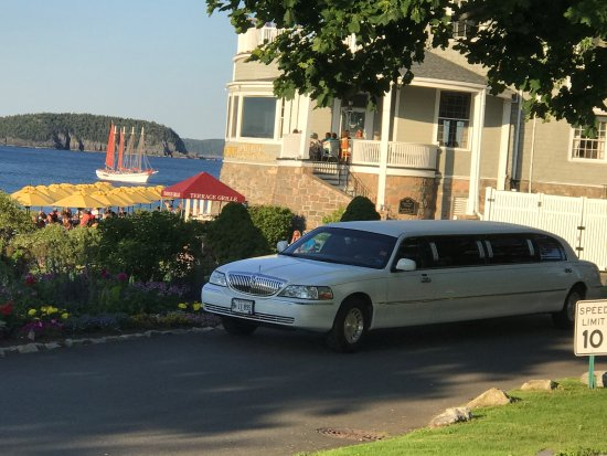 บรูเออร์, เมน: 10 Pass Super Stretch Limo arriving for waterfront Dining and an evening cruise in Bar Harbor