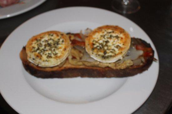 Garriguella, España: Escalibada con queso de cabra gratinado.