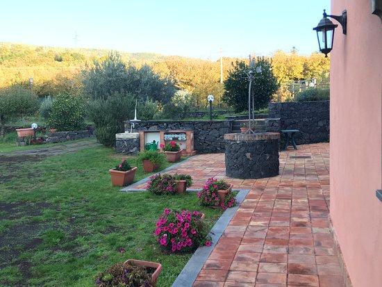 Sant'Alfio, Italia: The back yard/patio
