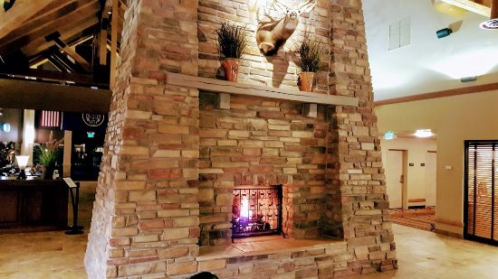Best Western Plus Bryce Canyon Grand Hotel: Lodge Type Fireplace With View of Breakfast Area