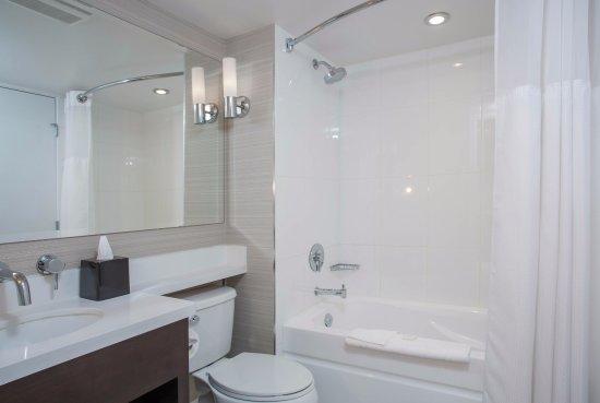 Sandman Signature Kamloops Hotel : Bathroom