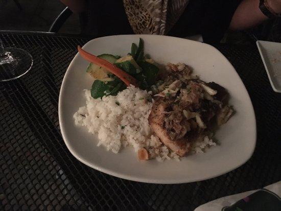 Orleans Grapevine Wine Bar and Bistro: Peixe com carne de caranguejo, arroz e vegetais.