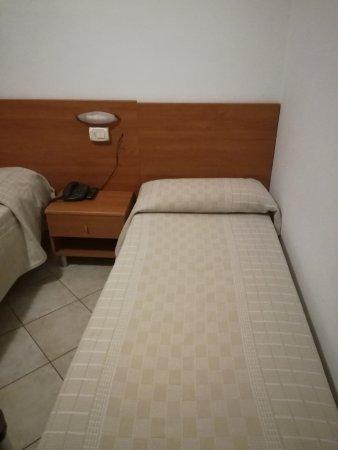 Hotel Vico Alto: Viti semiavvitate nel legno, cavo telefonico volante..