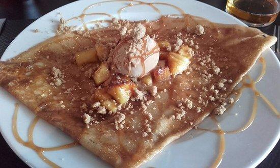 Landivisiau, Франция: Crêpe pomme caramel beurre salé struzzle et glace caramel