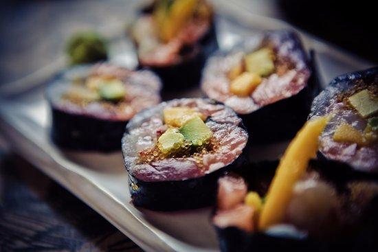Sashimi roll maki da 6 pezzi con salmone spigola gambero for Uova di pesce rosso