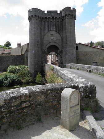 Parthenay, فرنسا: Puente y Puerta de Saint Jacques en Parthenay
