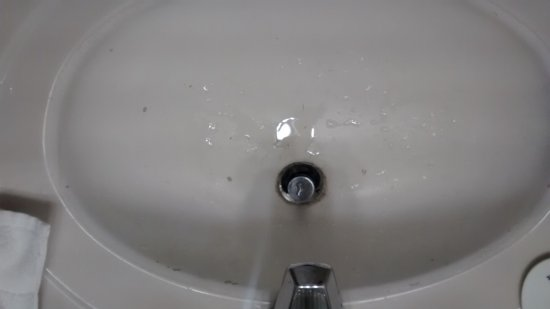 Days Inn Kent 84th Ave: broken sink with cold-and--hot water reversed
