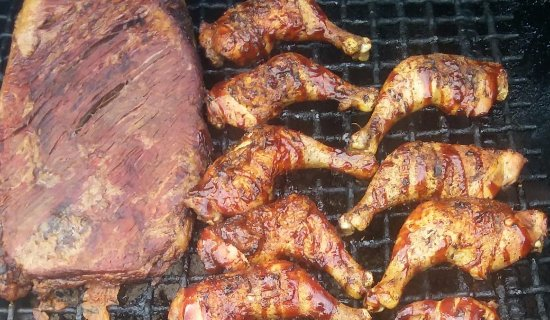 Front Royal, Virginie : Brisket and Chicken getting prepared to get served! We provide your barbecue hot off the grill.