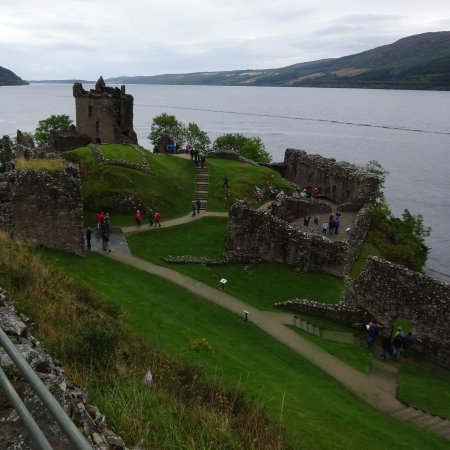 Drumnadrochit, UK: Urguhart Castle with Loch Ness