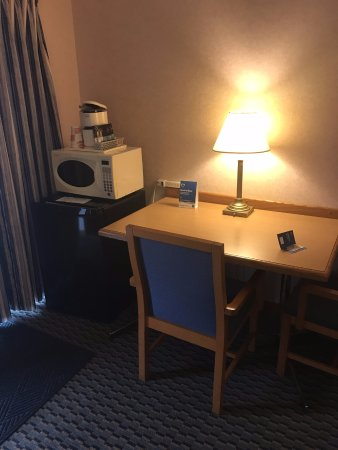 Bridgewater, Canadá: Desk, mini fridge, microwave and coffee maker