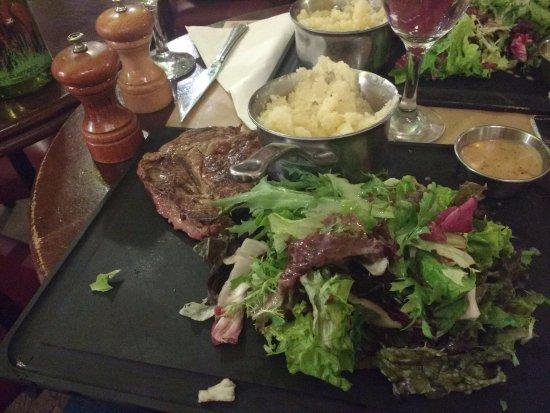 Chez Lili et Marcel : Entrecot com purê e salada, essa é a metade do prato que está dividido.