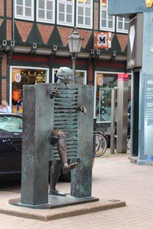 """Skulptur """"Homme passant la porte"""""""