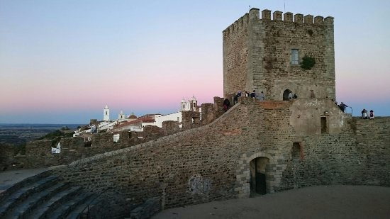 Monsaraz, Portugal: En el Castillo, tomada desde el interior, en una almena . Preciosa tonalidad del cielo