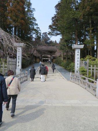 Kongobu-ji Temple : The entry gate to Kongoubu-ji Temple