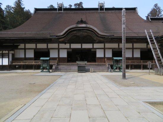 Kongobu-ji Temple : The hondou (main temple) of Kongoubu-ji. It's much grander inside.