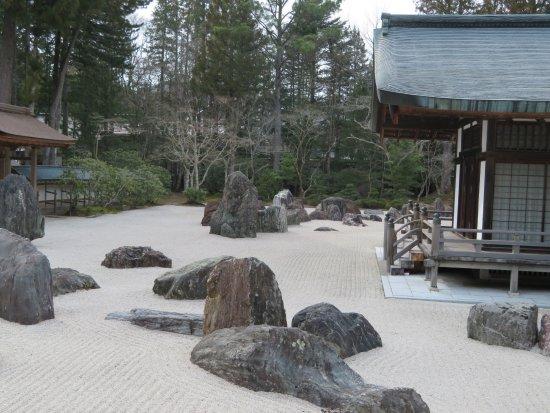 Kongobu-ji Temple : The picturesque Hanryuutei Garden