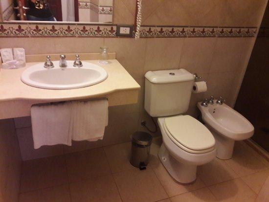 Hotel Jardin de Iguazu: Baño completo super cómodo.