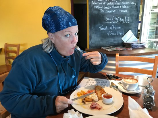 Foxton, Nya Zeeland: Me noshing after spending a cold night in the camper